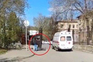 На Эльмаше скорая проехала мимо лежащего у шлагбаума 23-й больницы мужчины