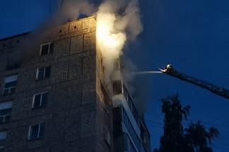 Сегодня ночью в девятиэтажке на Уралмаше загорелась квартира. Весь подъезд эвакуировали